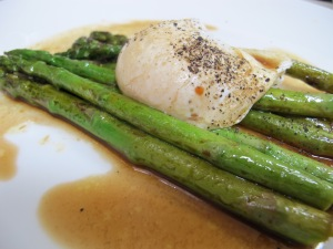 asparagus with poached egg & balsamic - plateful 20-5-13